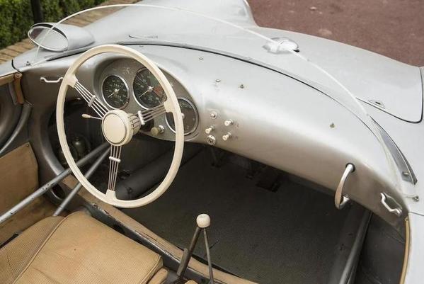 550-Spyder-dash